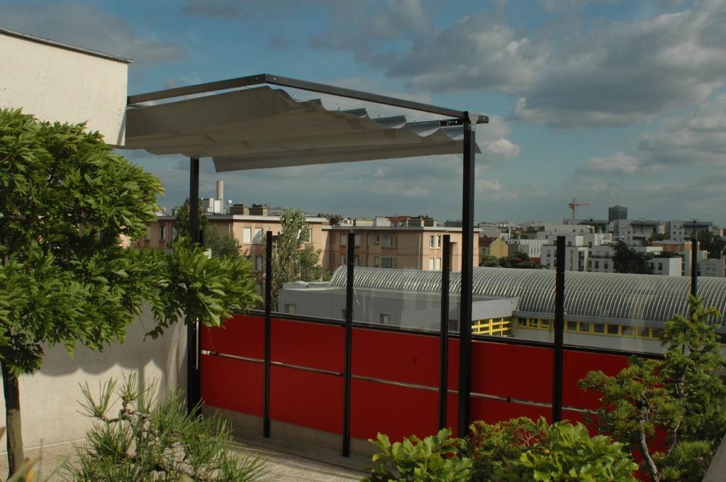 sud, cette terrasse en est abritée grâce à des panneaux brise-vent ...