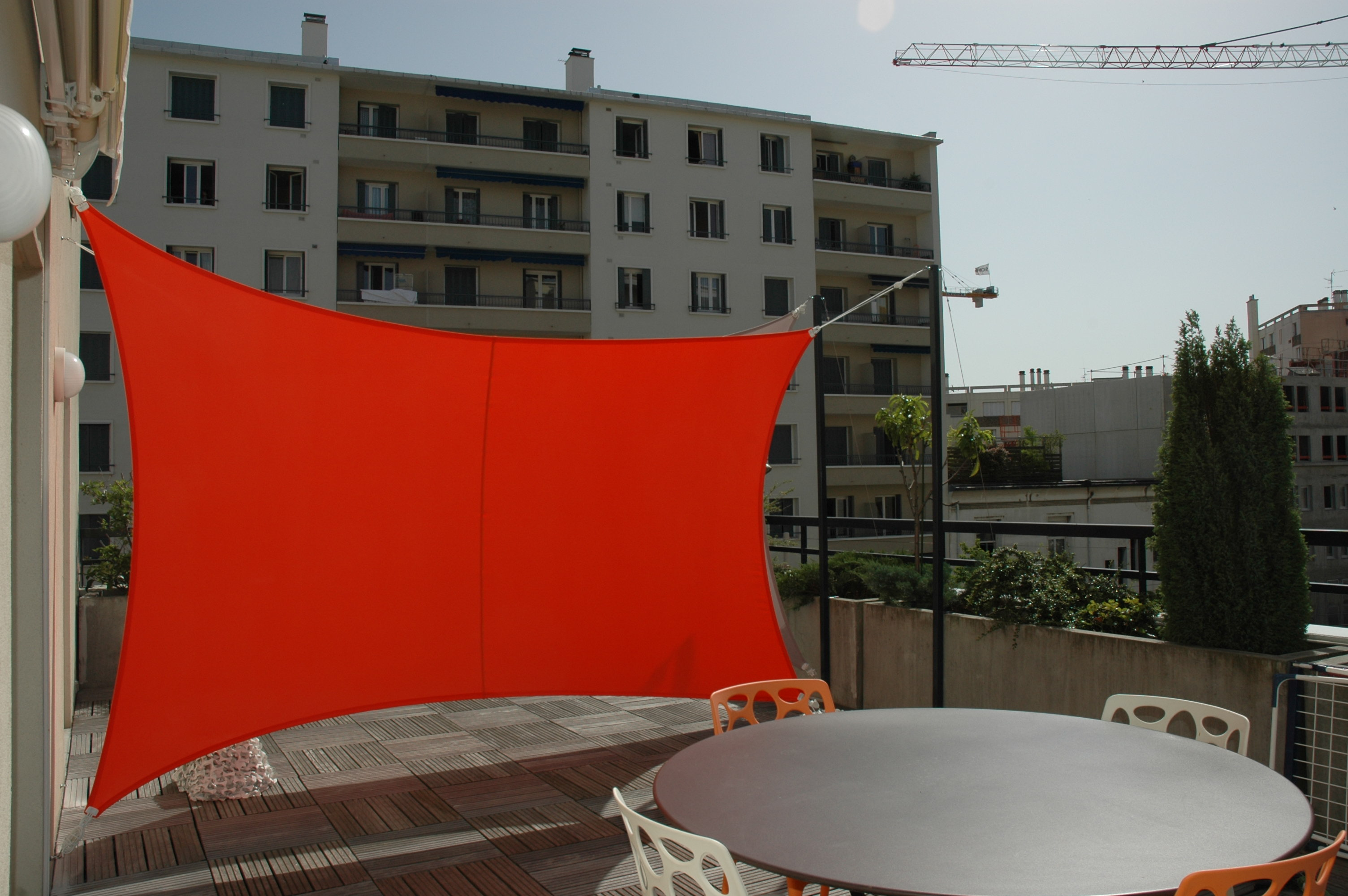 brise vue exonido en toile extensible pour abriter cette terrasse des nombreuux vis vis. Black Bedroom Furniture Sets. Home Design Ideas