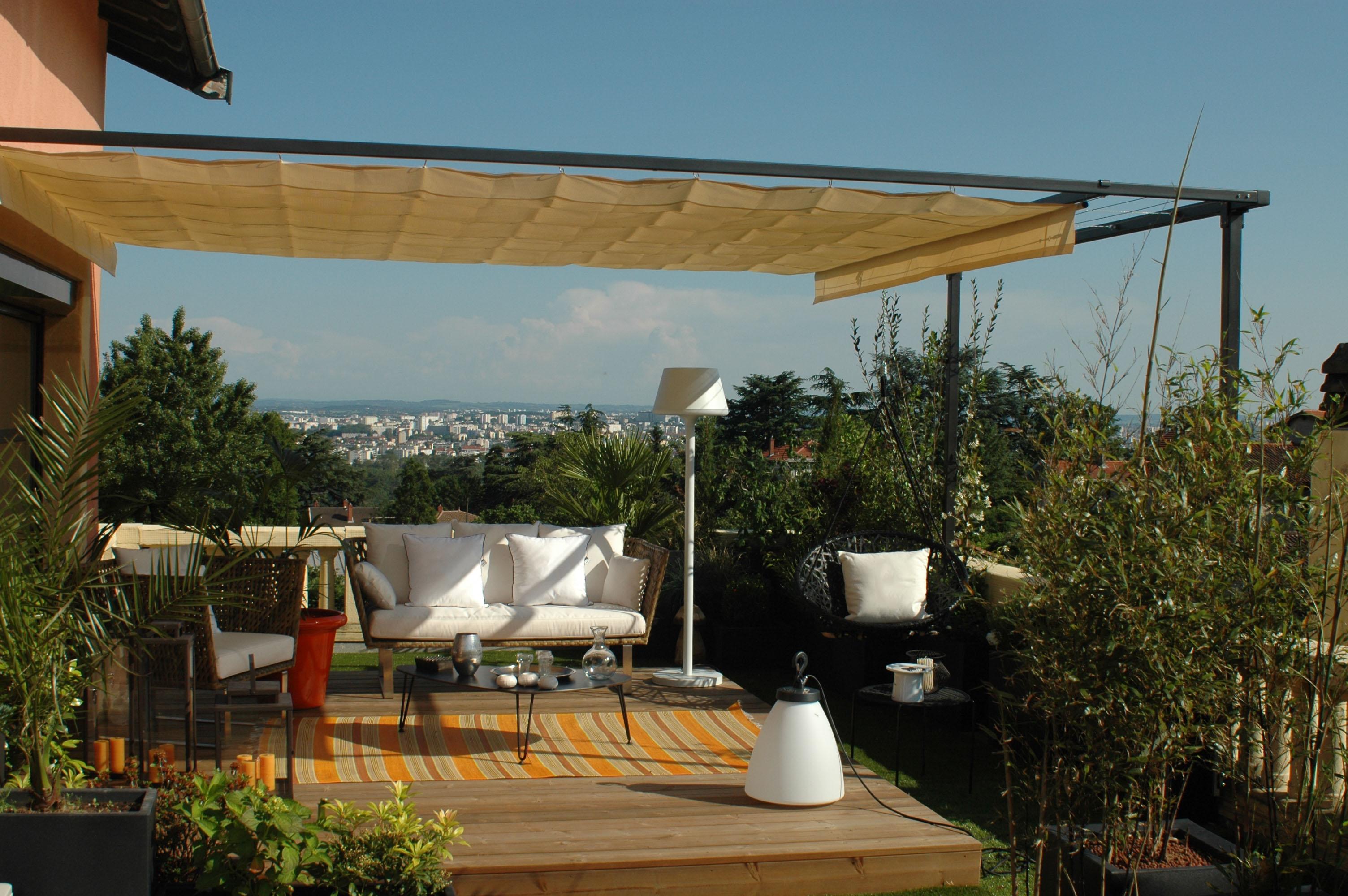 pergola sur mesure avec voile r tractable treillage et vue sur lyon. Black Bedroom Furniture Sets. Home Design Ideas