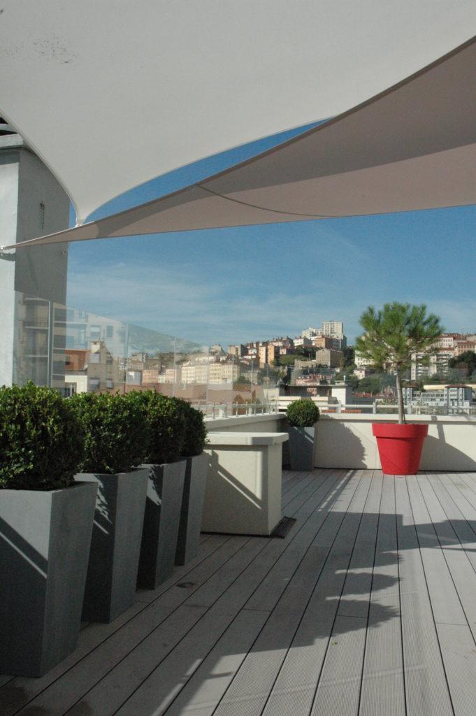 Transformation radicale d 39 une terrasse plein sud plein vent - Refaire une terrasse carrelee ...