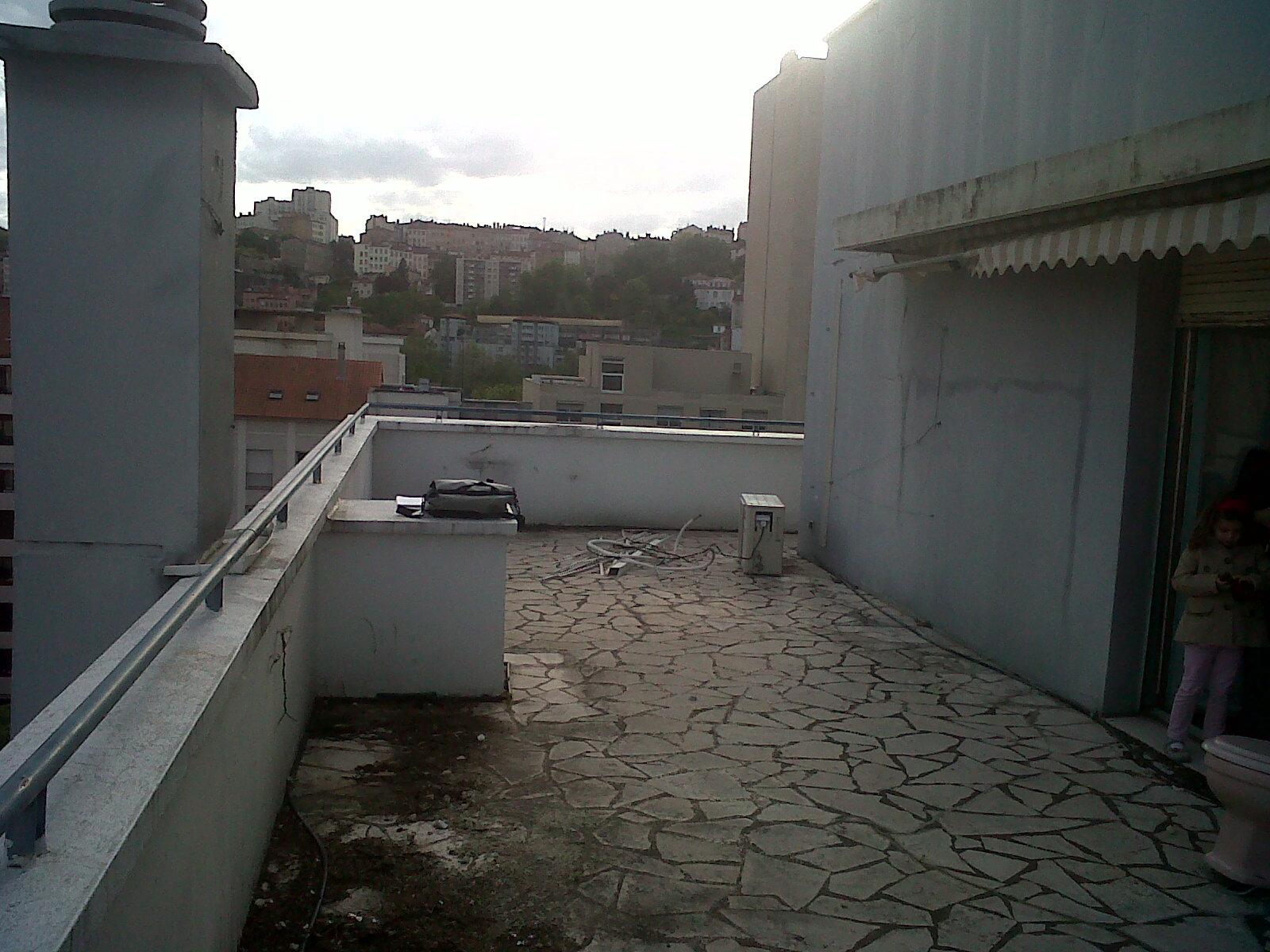 terrasse abandonn e lyon avec vue extraordinaire sur les collines de la ville. Black Bedroom Furniture Sets. Home Design Ideas