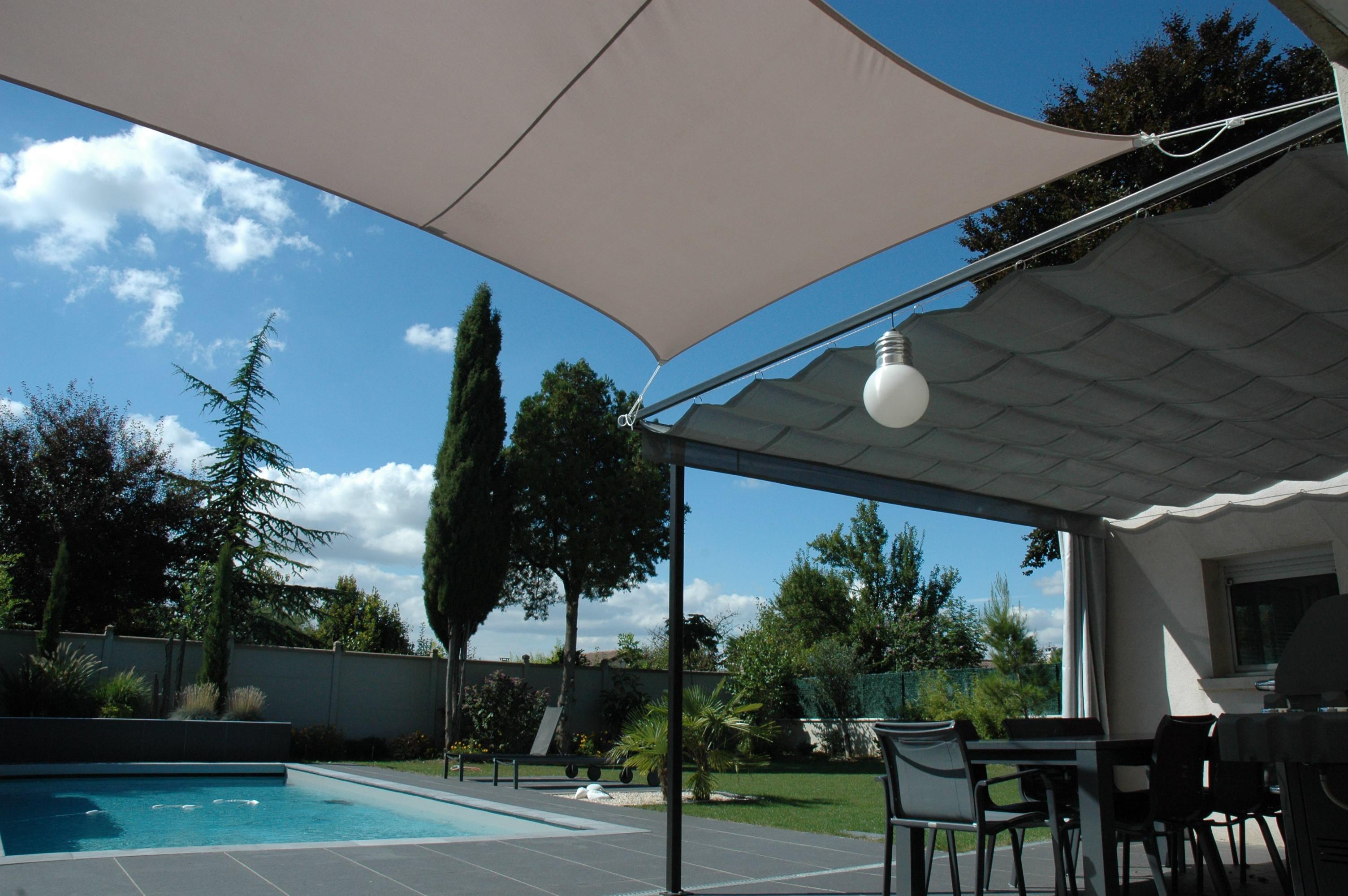 pergola à voile rétractable et voile extensible fixe apportent l'ombre design sur toute la terrasse
