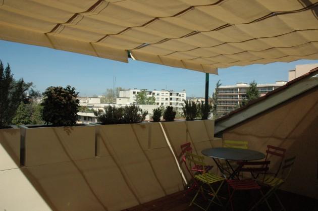 Terrasse Tropézienne abritée de la chaleur et du soleil.