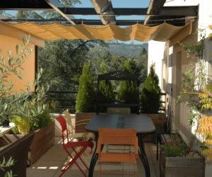 Confort sur la terrasse avec vélum rétractable et store vertical