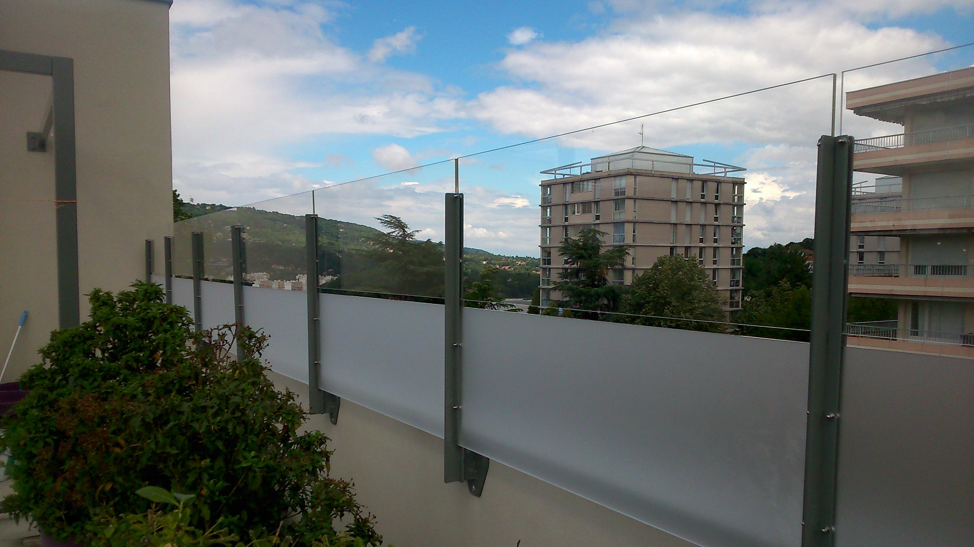 Panneaux brise-vent et brise-vue sur terrasse d'immeuble