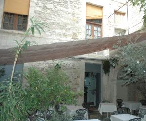 Vélum pergola rétractable étanche dans un patio
