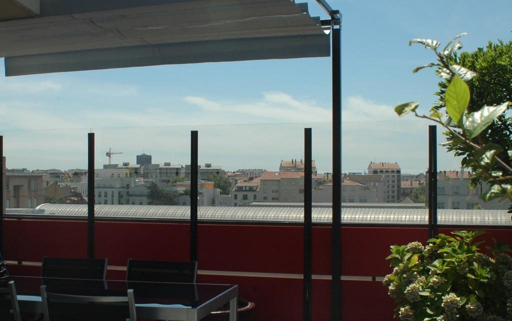 Panneau coupe vent terrasse en PMMA transparent pour abriter une ...