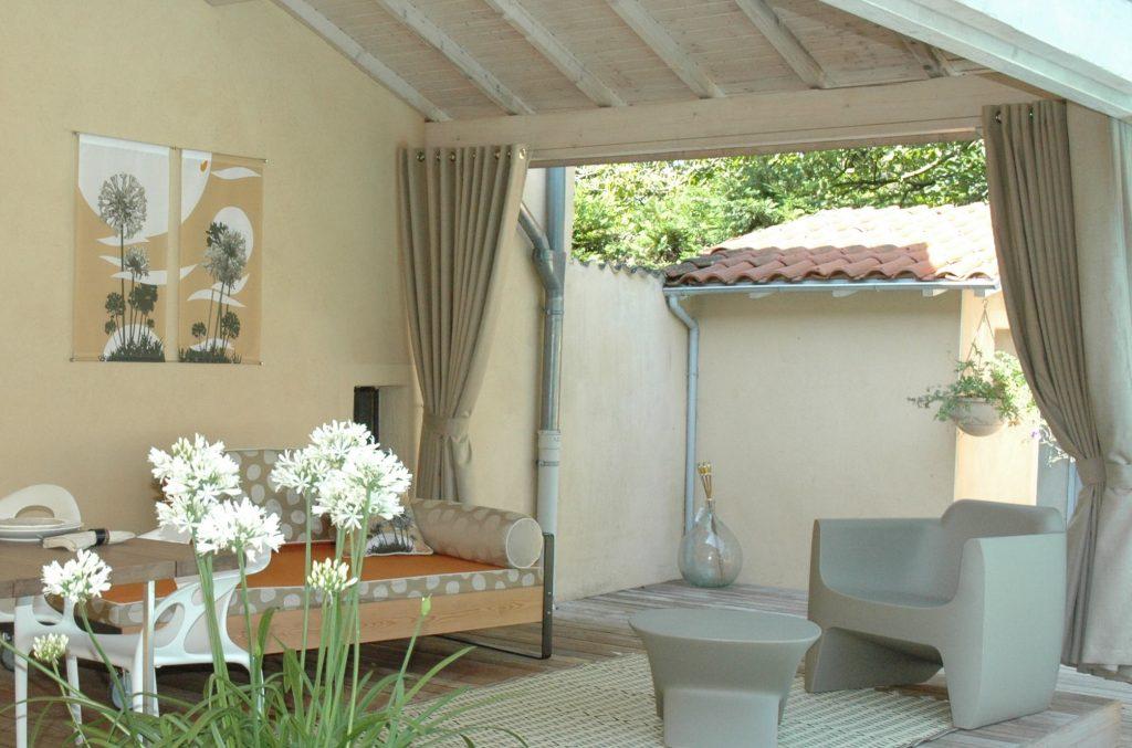 Exonido a réalisé toute la décoration du auvent : mobilier, coussins, tapis, panneaux muraux et rideaux en Sunbrella XL. Un tissu élégant adapté à l'utilisation en extérieur. 100% acrylique, imputrescible, ce tissu a un toucher très agréable.