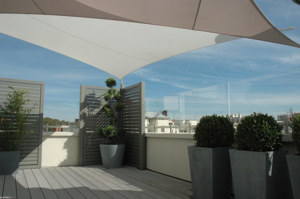 Panneaux brise vent enPMMA sur terrasse d'immeuble