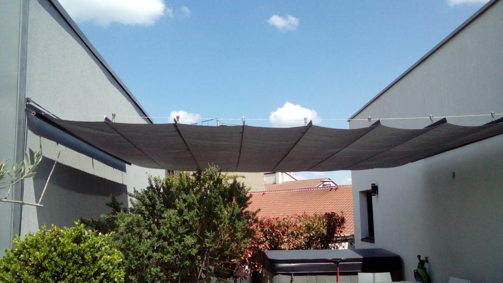 Store vélum pergola tendu entre 2 façades sur un toit terrasse de Lyon