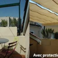 Exonido conçoit et installe une structure sur mesure équipée de vélums rétractables et de stores verticaux. La toile micro aérée protège du soleil et des regards, mais laisse deviner l'extérieur évitant ainsi l'effet d'enfermement.