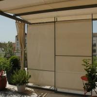 Brise vue mobile constitué de 3 panneaux coulissants que l'on peut moduler à volonté et abriter lorsqu'il y a trop de vent. Toile microaérée facilement amovible ;