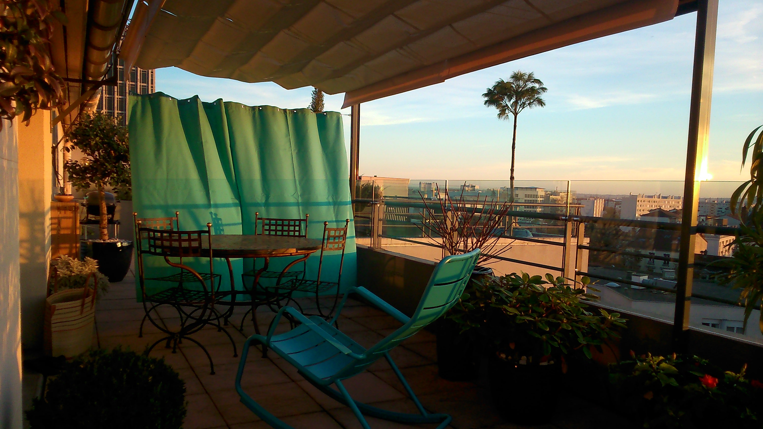 Terrasse installée par Exonido, protections du soleil, du vent et du vis à vis.