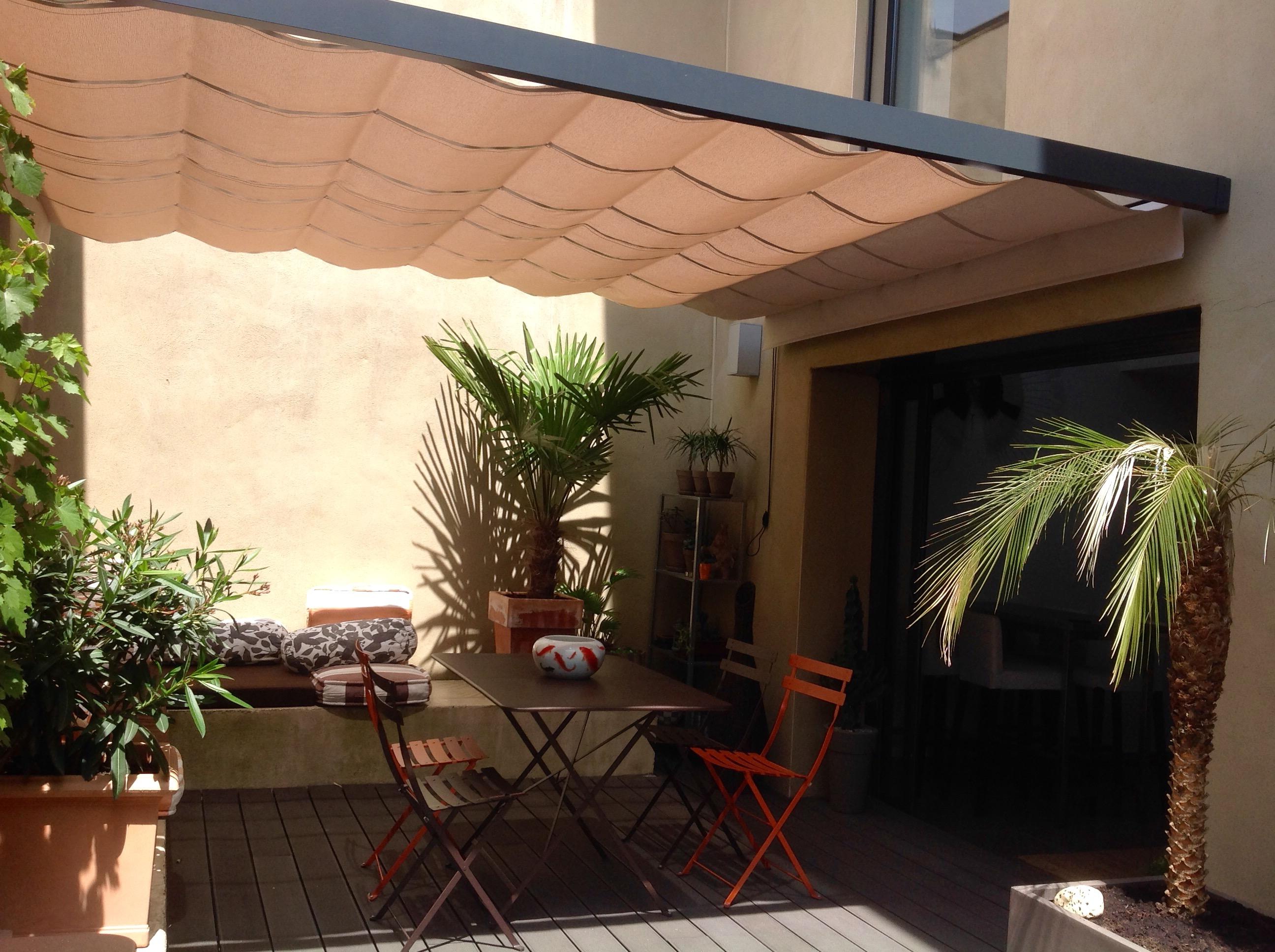 vélum sur mesure, tendu entre 2 façades, pour apporter un ombrage agréable et aéré.
