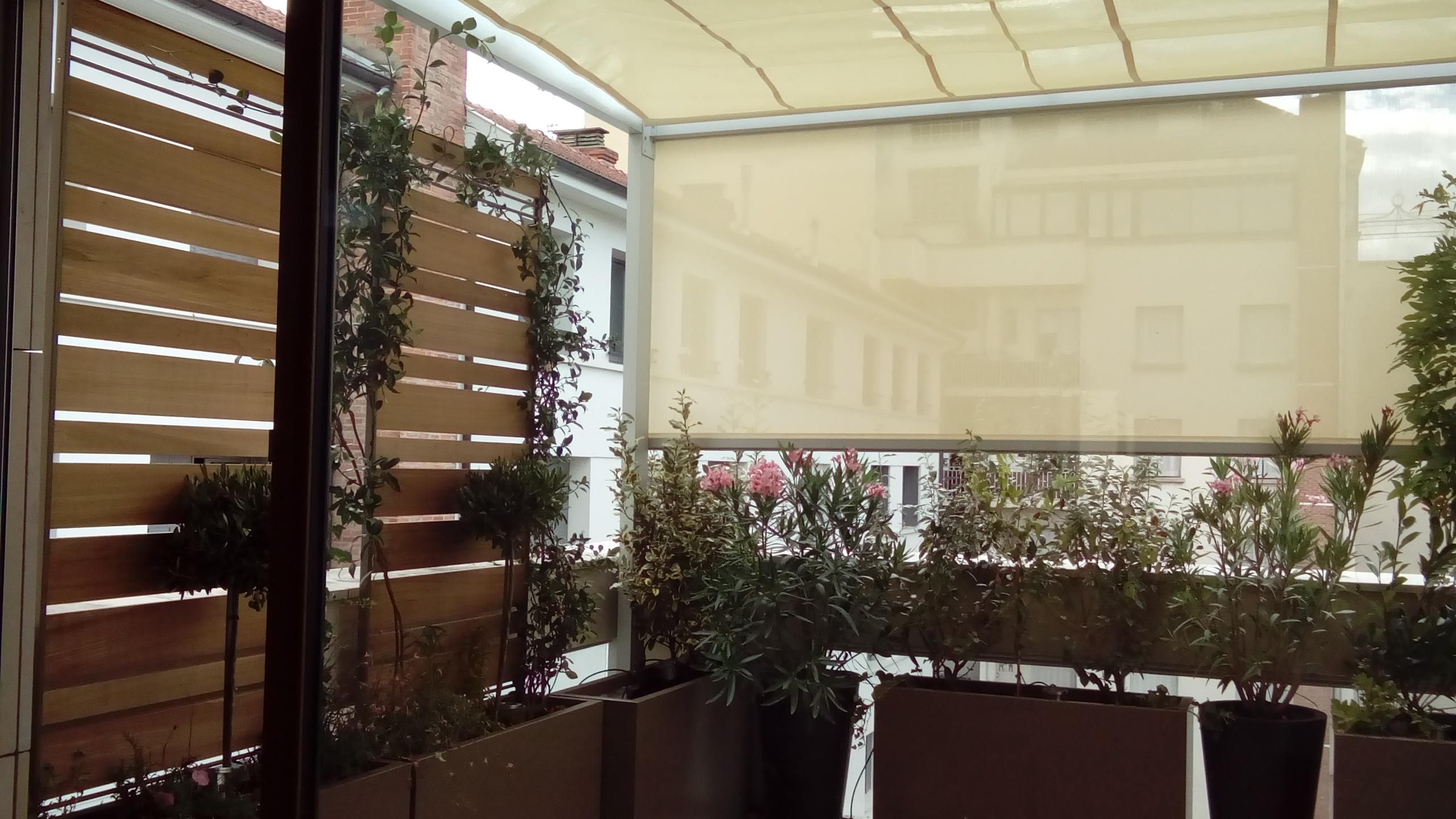 """Terrasses en ville à l'abri des vis à vis et du soleilgrâce à la pergola alu sur mesure """"ARCHItech"""""""