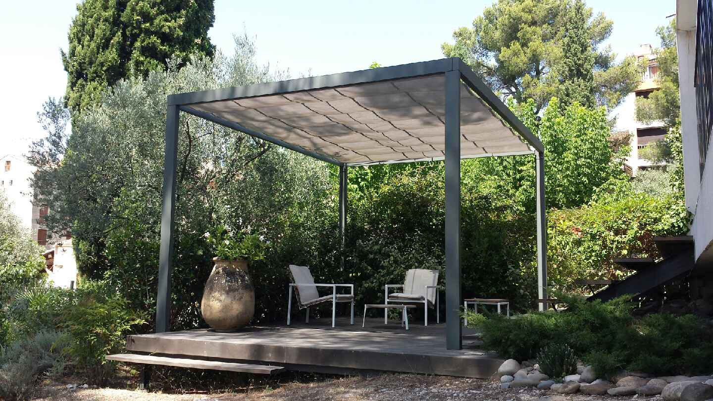 pergola auto port e contemporaine dans un jardin d 39 aix en provence. Black Bedroom Furniture Sets. Home Design Ideas